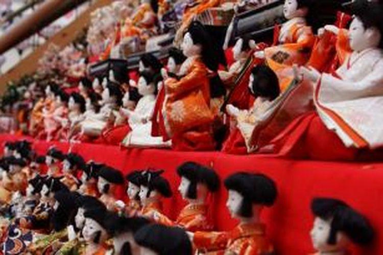 Ribuan boneka diletakan di anak tangga di daerah Katsuura, Perfektur Chiba, Jepang, sebagai perayaan Festival Hina Matsuri.