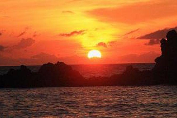 Pemandangan matahari terbenam dari Tanjung Nusaniwe, Ambon, Maluku.