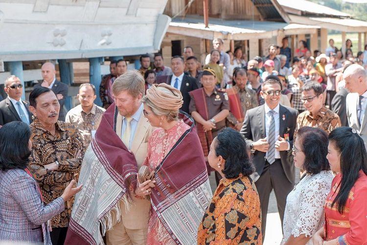 Raja dan Ratu Belanda diberikan persembahan berupa kain ulos asli Desa Lintong Nihuta, Kabupaten Toba