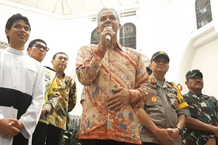 Foto 1- Gubernur Jawa Tengah Ganjar Pranowo saat mengunjungi Gereja Katedral Semarang, Selasa (24/12/2019) malam.