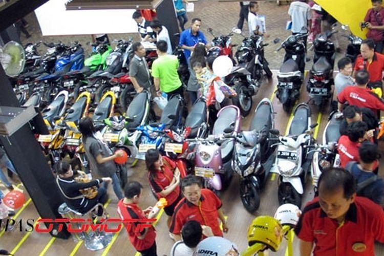 Stan Adira Finance di PRJ 2013, memajang ratusan sepeda motor bekas.