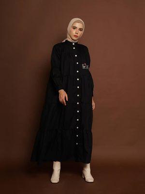 Sekar dress by Zashi didesain oversize dan tersedia dalam 2 warna: black & cream.