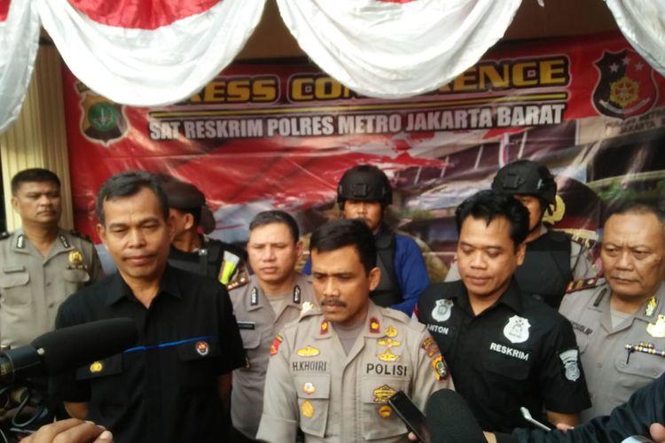Kapolsek Cengkareng, Kompol Khoiri, saat melakukan jumpa pers di Polsek Cengkareng, Senin (9/7/2018)
