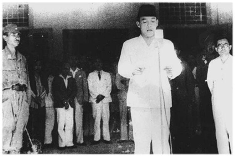 Pembacaan Teks Proklamasi Kemerdekaan Indonesia oleh Soekarno pada 17 Agustus 1945.