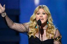 Inggris Cegah Kelly Clarkson Miliki Cincin Langka