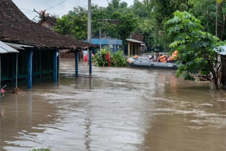air banjir, kata Jumianto. (k119-16)  Tim Gabungan SAR mengevakuasi warga yang masih terjebak di dalam rumah akibat diterjang banjir di Desa Purworejo, Kecamatan Pilangkenceng, Kabupaten Madiun, Rabu ( 6 / 3 / 2019).
