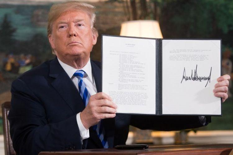 Presiden AS Donald Trump menandatangani dokumen yang berisi pengembaliansanksi terhadap Iran, setelah mengumumkan penarikan AS dari kesepakatan Nuklir Iran, di Gedung Putih, Washington, DC, pada Selasa (8/5/2018). (AFP/Saul Loeb)