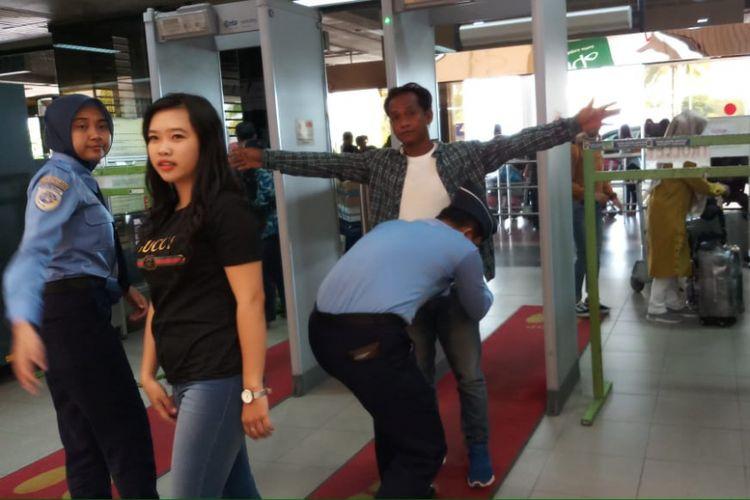 Petugas avsec bandara hang nadim melakukan pemeriksaan sejumlah penumpang yang hendak mudik kekampung halamannya melalui Hang Nadim
