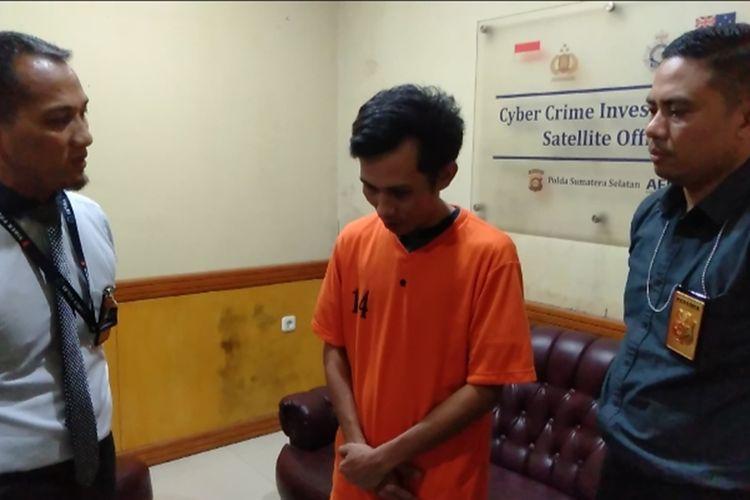 Tersangka Bustanul Ardi (31) polisi gadungan yang menipu para gadis lewat video bugil saat diamankan di Polda Sumsel, Senin (9/12/2019).