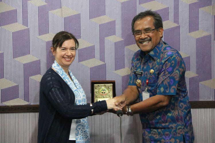 Kepala Perlindungan Anak UNICEF Indonesia Amanda Bissex berjabat tangan dengan Bupati Blora, Djoko Nugroho di kantornya , Selasa (19/3/2019).