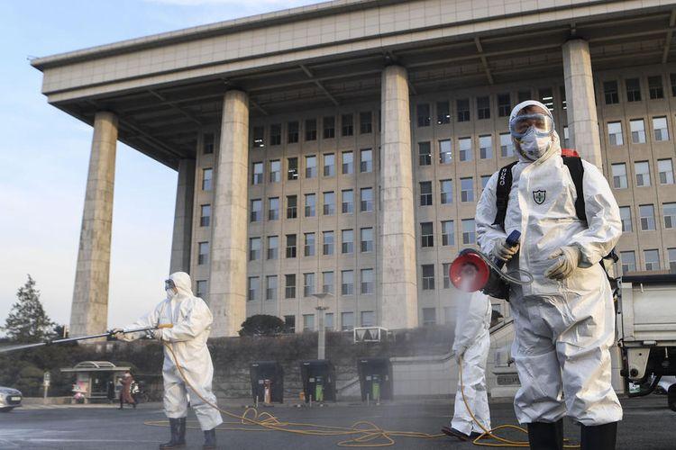 Pekerja menyemprotkan disinfektan di Majelis Nasional di Seoul, Korea Selatan, 24 Februari 2020, setelah diketahui bahwa seseorang yang mengambil bagian dalam sesi diskusi pada 19 Februari di Majelis telah terbukti positif terkena virus coronavirus. Parlemen mengatakan bahwa desinfeksi akan dilakukan secara bertahap hingga 26 Februari. EPA-EFE/YONHAP SOUTH KOREA OUT