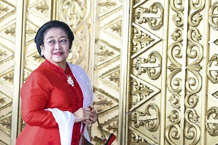 Ketua Umum Partai PDI Perjuangan Megawati Soekarnoputri memasuki ruang pelantikan anggota DPR RI di Kompleks Parlemen, Senayan, Jakarta Selasa (1/10/2019). Sebanyak 575 anggota DPR terpilih dan 136 orang anggota DPD terpilih diambil sumpahnya. ANTARA FOTO/Galih Pradipta/pd.