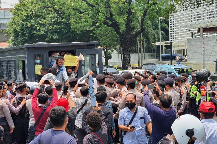 Polisi membubarkan dan menangkap aktivis Papua yang melakukan aksi unjuk rasa di depan Kantor Kedutaan Besar Amerika Serikat di Jakarta Pusat, Kamis (30/9/2021).