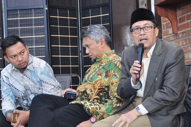 Guru Besar Hukum Islam UIN Syarif Hidayatullah Jakarta, Amin Suma, (kanan), memberikan paparan mengenai kaitan pertanahan dan wakaf dalam tinjauan fiqih dalam diskusi publik terkait RUU Pertanahan dalam Perspektif Penguatan Wakaf.