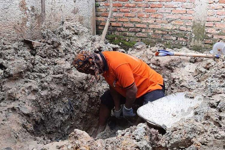 Tim forensik dan penyidik Polres Bogor membongkar makam perempuan tanpa identitas di Desa Kapasiran, Kecamatan Parung Panjang, KabupatenBogor, Jawa Barat, Jumat (8/5/2020).