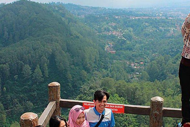 Sejumlah pengunjung berfoto di Tebing Karaton, salah satu lokasi wisata di Taman Hutan Raya Ir H Djuanda, Bandung, Jawa Barat. Tahun ini target pendapatan sektor wisata Taman Hutan Raya Djuanda mencapai Rp 3,2 miliar.