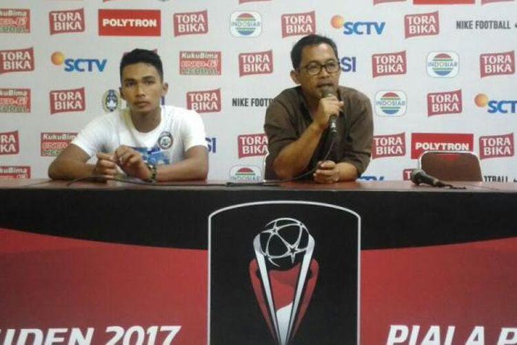 Pelatih Arema FC Aji Santoso saat konferensi pers usai pertandingan melawan Persija Jakarta dalam lanjutan pertandingan Piala Presiden di Stadion Kanjuruhan, Kabupaten Malang, Sabtu (11/2/2017)