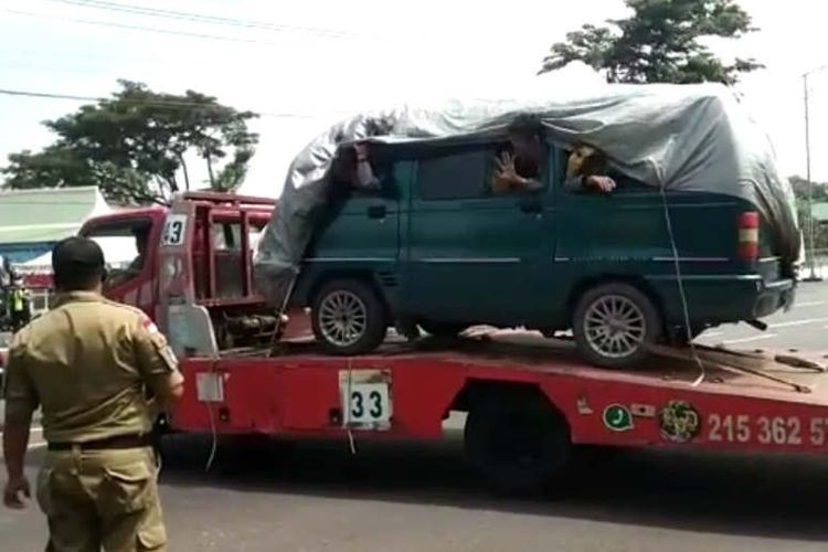Petugas memerintahkan sebuah truk towing pengangkut sebuah mobil yang diduga mengangkut pemudik untuk putar balik di pos check Point sekitar Taman Unyil Semarang, Sabtu. (ANTARA/ HO-Dishub Kota Semarang)