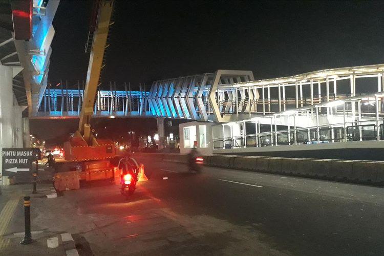 Wajah Skybridge (jembatan penghubung) Integrasi Stasiun LRT Velodrome dan Halte Pemuda Rawamangun, Jakarta Timur, Jumat (26/7/2019).