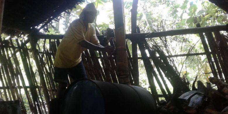 Proses memasak nira untuk menjadi moke di Desa Nele Urung, Kecamatan Nele, Kabupaten Sikka, Pulau Flores, Nusa Tenggara Timur (NTT), Kamis (16/5/2019).