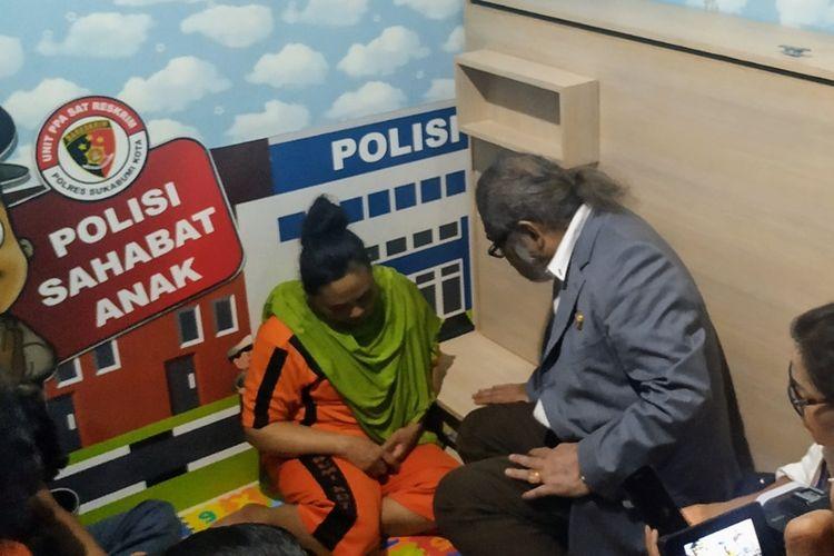 Ketua Komnas PA Arist Merdeka Sirait (kanan) berdialog dengan tersangka SR alias Yuyu di Mapolres Sukabumi Kota, Sukabumi, Jawa Barat, Selasa (1/10/2019).