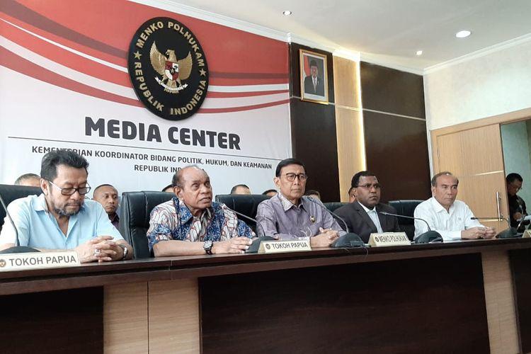 Menteri Koordinator Bidang Politik, Hukum, dan Keamanan (Menko Polhukam) Wiranto bersama para tokoh papuadalam konferensi pers di  kantor Kemenko Polhukam, Jakarta Pusat, Jumat (30/8/2019).