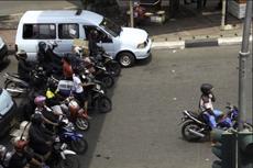 Kebiasaan Bikers Enggan Kepanasan, Berteduh Saat Tunggu Lampu Merah