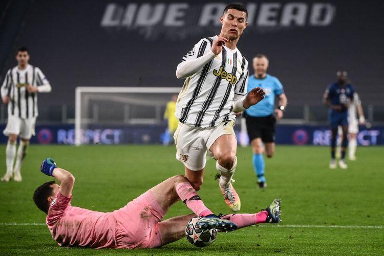 Aksi Cristiano Ronaldo dalam laga Juventus vs FC Porto pada babak 16 besar Liga Champions di Stadion Allianz, 9 Maret 2021.