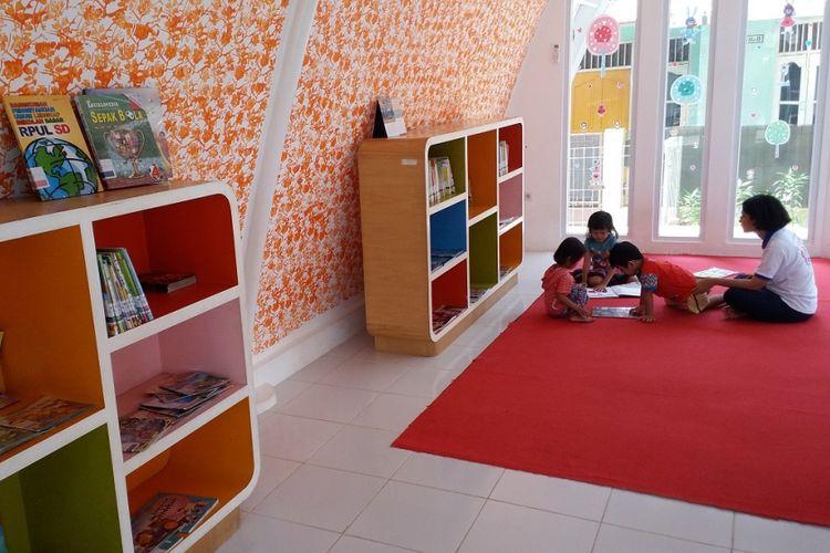 Ruang perpustakan yang nyaman untuk anak-anak di RPTRA Kemuning, Kelurahan Pejaten Timur, Kecamatan Pasar Minggu, Jakarta Selatan.