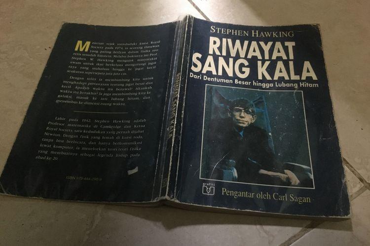 Sampul buku Riwayat Sang Kala karya Stephen Hawking, versi terjemahan dari buku The Brief History of Time. Foto diambil pada Rabu (14/3/2018)