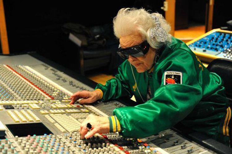 Mendekati usia 70 tahun, almarhum Ruth Flowers dari Inggris baru memulai karir yang sukses sebagai  DJ.
