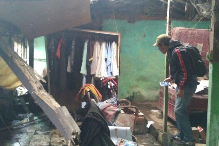 Kondisi dalam rumah Rahman Saleh yang digeledah Polisi