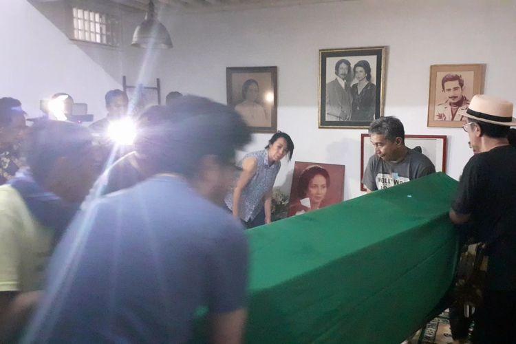 Jenazah Ade Irawan di rumah duka di kawasan Lebak Bulus, Jakarta Selatan, Jumat (17/1/2020).