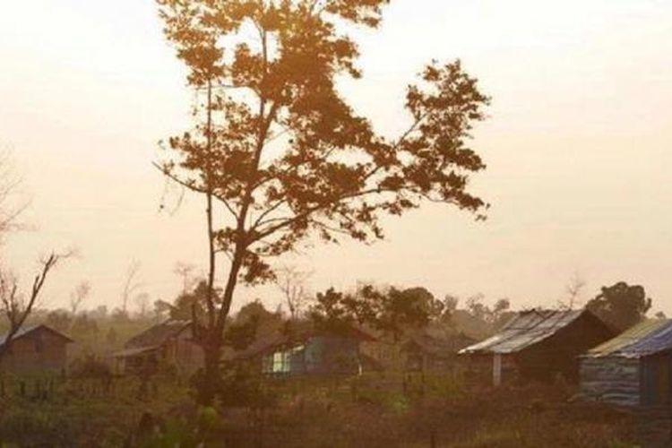 Deretan rumah yang dibangun warga di atas tanah sengketa di Mesuji, Lampung, Kamis (2/8/2012). Konflik tanah dan tambang yang akhir-akhir ini merebak diduga salah satunya karena masyarakat tidak dilibatkan dalam mengolah tanah atau tambang untuk kesejahteraan warga.