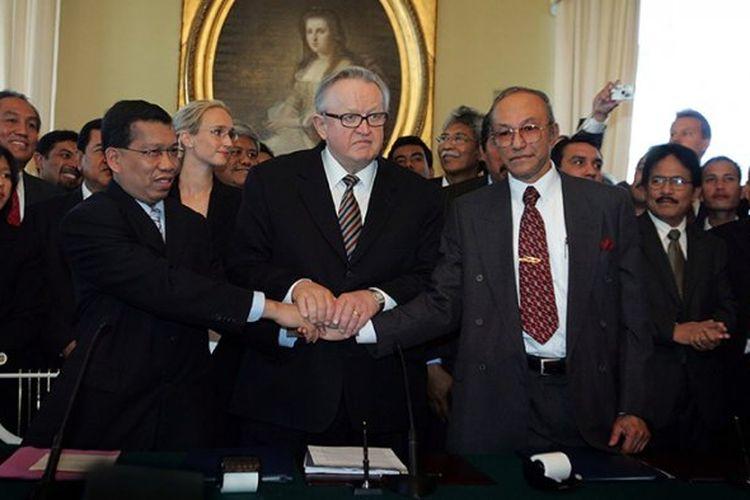 Hawil Awaluddin dan Malik Mahmud berjabat tangan usai menandatangani MOU Helsinki