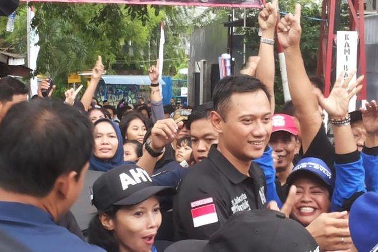 Calon gubernur DKI Jakarta nomor pemilihan satu Agus Harimurti Yudhoyono saat mendatangi permukinan warga di Kelurahan Cikini, Senen, Jakarta Pusat, Kamis (2/2/2017).