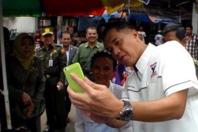 "Gita Wirjawan ""selfie"" bersama pedagang di Palangkaraya.JPG"