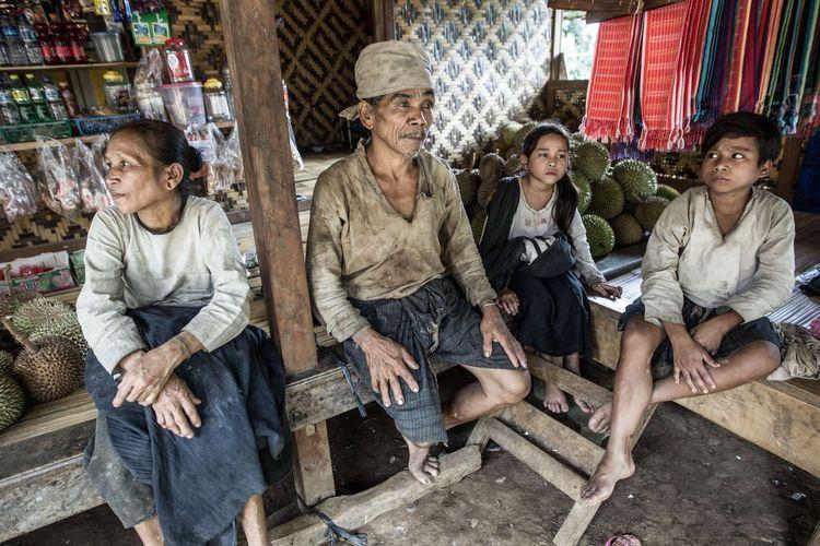 Suku Baduy dalam di Kampung Kaduketug, Desa Kanekes, Lebak, Banten, Selasa (1/3/2016). Orang Baduy hari-hari ini sudah mulai tersentuh modernitas dan mengalami perubahan baik dari cara berpakaian hingga memiliki barang-barang modern.