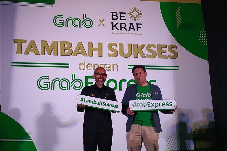 President of Grab Indonesia Ridzki Kramadibrata (kanan) dengan perwakilan dari Badan Ekonomi Kreatif (Bekraf) berfoto bersama sebagai peresmian kerja sama membantu UMKM Indonesia di Jakarta, Kamis (25/7/2019).