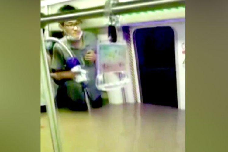 Tayangan video amatir ketika banjir merendam kereta bawah tanah di Kota Zhengzhou.