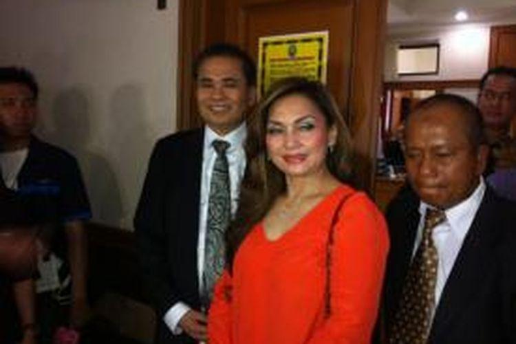 Penyanyi Nia Daniati bersama tim kuasa hukumnya di Pengadilan Agama Jakarta Selatan, Rabu (12/3/2014).