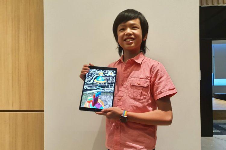 Programer cilik Yuma Soerianto menunjukkan aplikasi buatannya di iPad, Sabtu (19/1/2019).