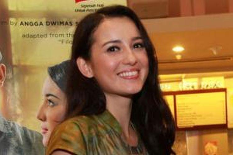 Pemain film Julie Estelle saat ditemui pada acara press screening film terbarunya yang berjudul Filosofi Kopi di XXI Epicentrum, Jakarta Selatan, Selasa (7/4/2015). Julie Estelle berperan sebagai seorang penulis buku, dia diperkenalkan kopi sosok pemuda bernama Ben.
