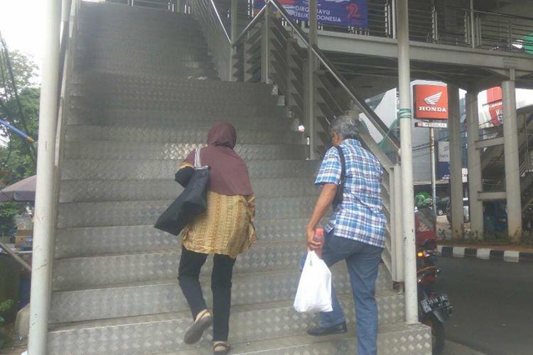 Halte Mayestik Koridor 13 Transjakarta Ciledug-Tendean.