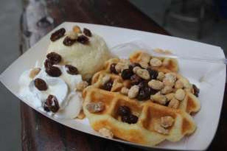 Waffle Ice Cream, menu favorit yang disuguhkan oleh Zucker Waffle, Rabu (3/2/2016).
