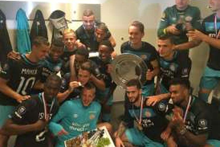 Para pemain PSV merayakan keberhasilan merebut Piala Super Belanda 2016 setelah mengalahkan Feyenoord di Amsterdam ArenA, Minggu (31/7/2016).