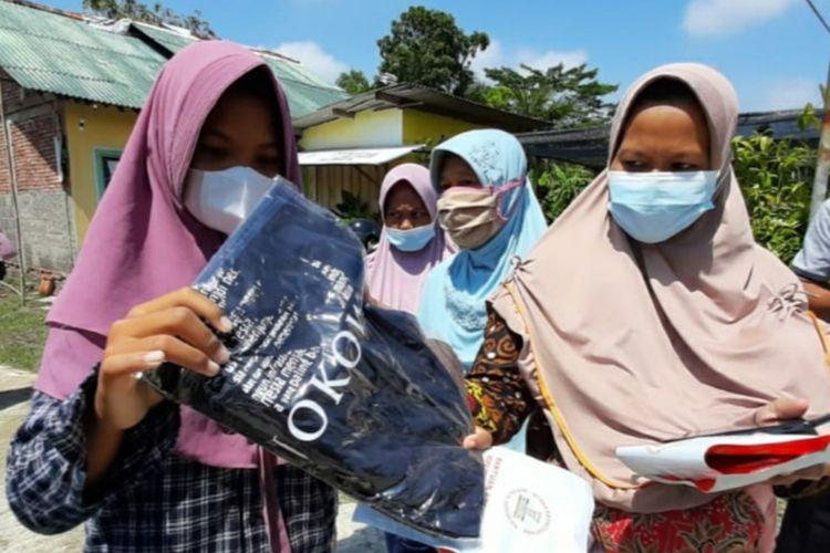 Warga menunjukkan kaus pemberian Jokowi di Desa Tritih Lor, Kecamatan Jeruklegi, Kabupaten Cilacap, Jawa Tengah, Kamis (23/9/2021).