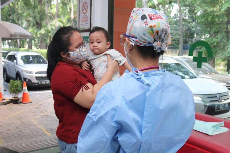 Poliklinik Drive Thru di RSU dan RSIA Bunda untuk imunisasi anak.