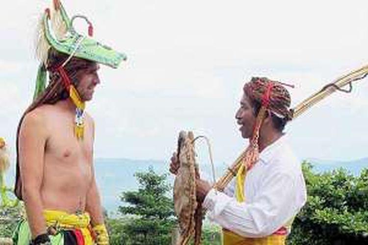 Luke Latty dari Wondernesia menjajal caci di Labuan Bajo, Manggarai Barat, NTT.