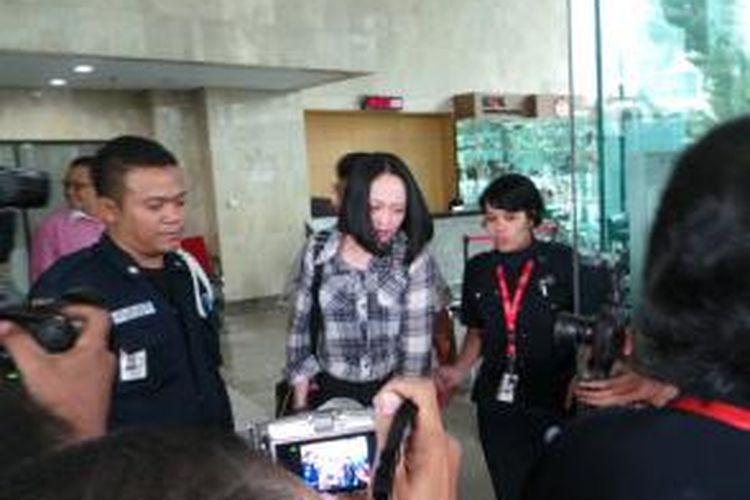 Angelina Sondakh alias Angie seusai diperiksa Komisi Pemberantasan Korupsi sebagai saksi dalam kasus dugaan tindak pidana pencucian uang (TPPU) pembelian saham perdana PT Garuda Indonesia, Jumat (6/12/2013).